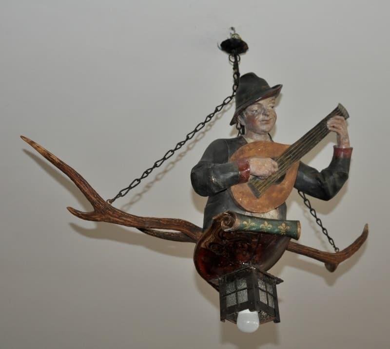 Lüstermännchen mit Gitarre / Ein Objekt von Antiquitäten Greinwald in Schliersee / Oberbayern